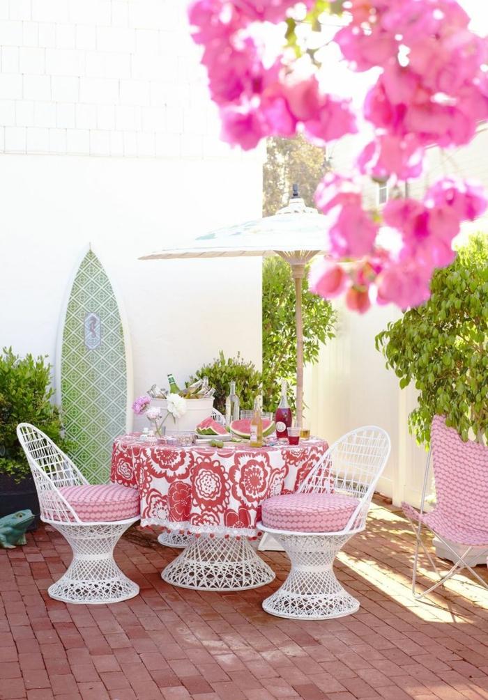 decoracion esxteriores moderna, muebles de hierro en blanco y detalles decorativos en blanco y rojo