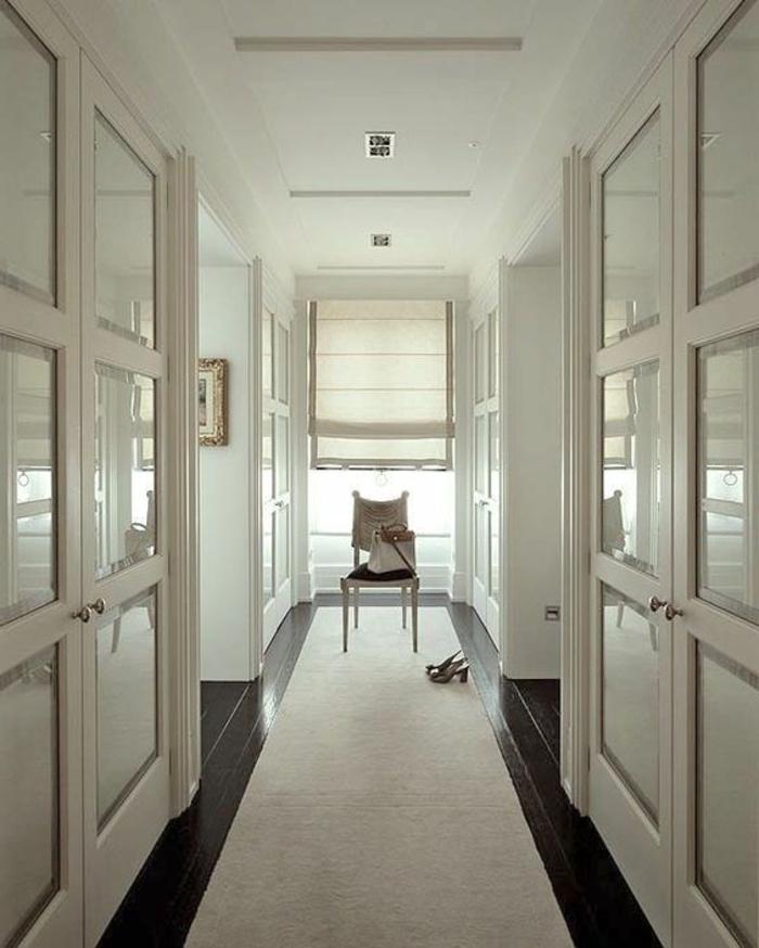 pasillo moderno decorado en estilo minimalista, alfombra en un solo color, tendencias sobre cómo decorar un pasillo largo