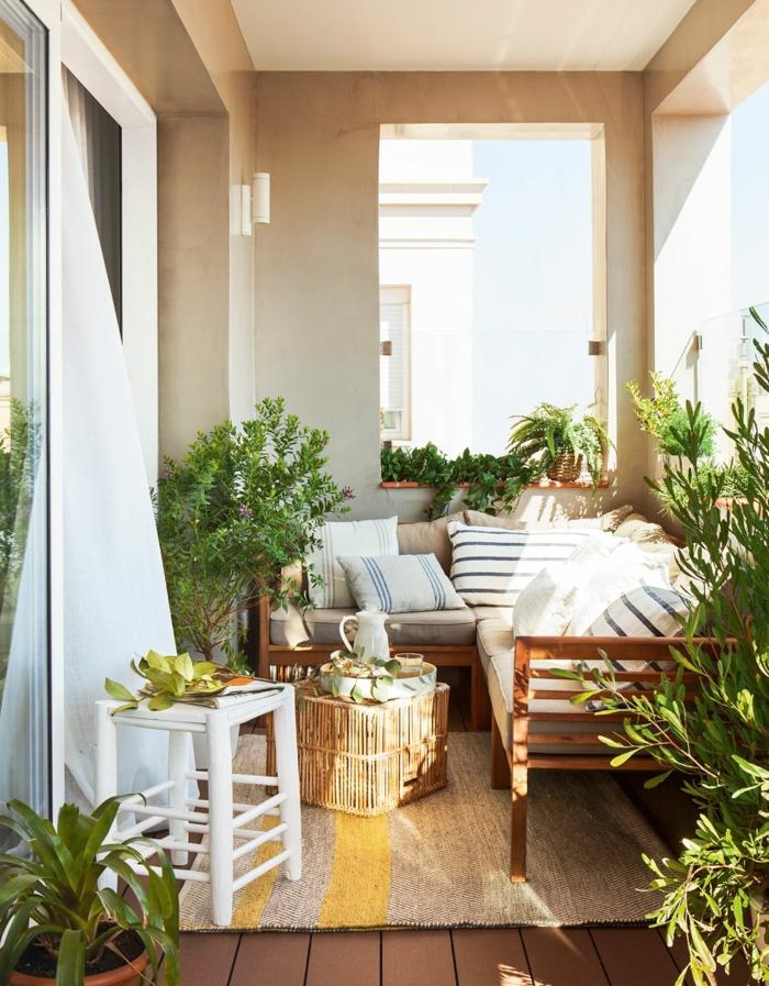terraza decorada en estilo bohemio con muebles de madera y mimbre y muchas plantas verdes, ideas decoracion terrazas pequeñas