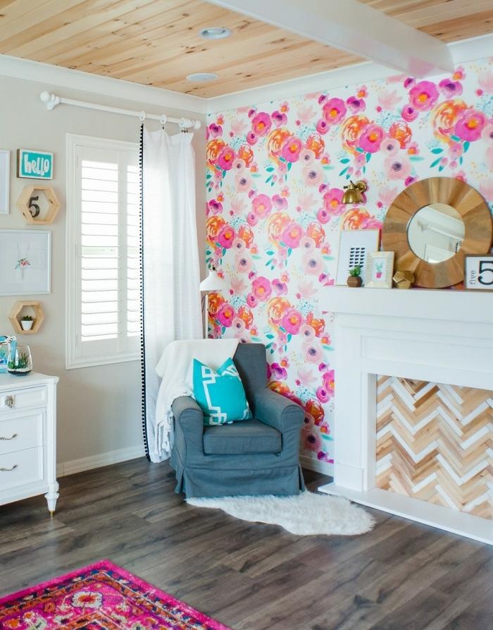 ideas de decoracion papel vinilico con motivos florales, dormitorio moderno con suelo y techo de parquet