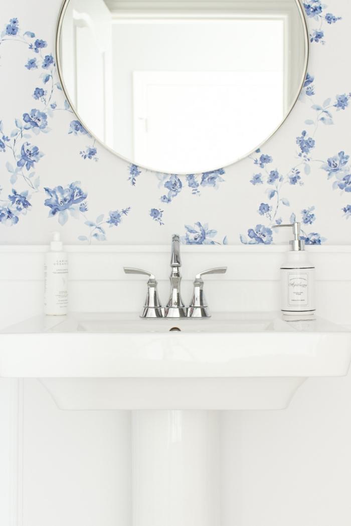 papel pintado salon para decorar el baño, fondo blanco con flores en azul, decoración de baños modernos