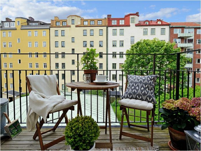 decoracion de terrazas sencilla y elegante, mesa oval de madera y sillas plegables, muchas plantas verdes