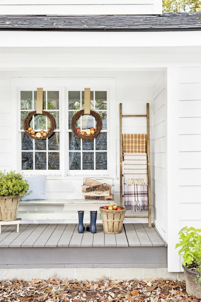 originales ideas para decorar jardines, porche decorado en blanco con suelo de madera y detalles decorativos