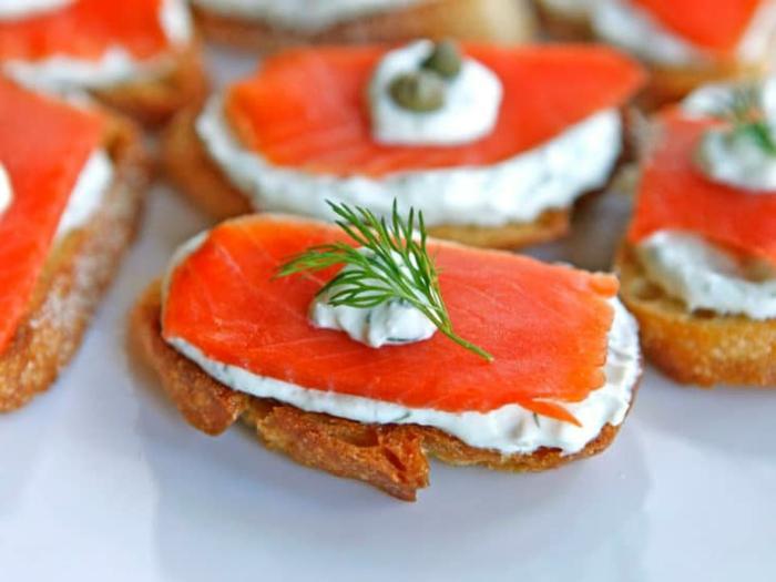 ideas de tapas fáciles y super ricas, tostadas con crema de queso, salsa de yogur, eneldo y filetes de salmón ahumado