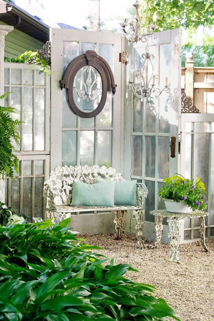 decoracion porches pequeños paso a paso, muebles de exteriores vintage, muchas plantas verdes, pavimento y espejo de madera de época