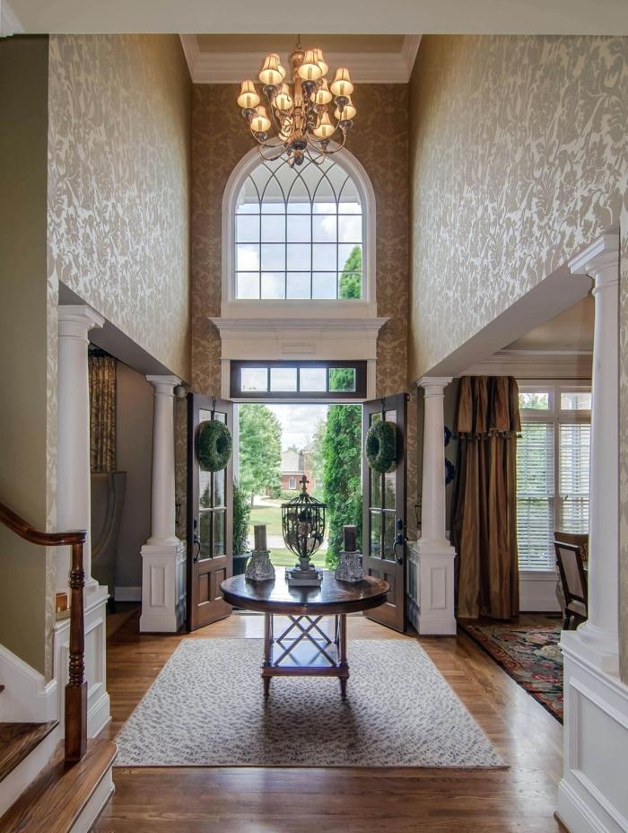 ideas decoracion pasillos estilo clásico con toque vintage, paredes con papel pintado en beige motivos florales