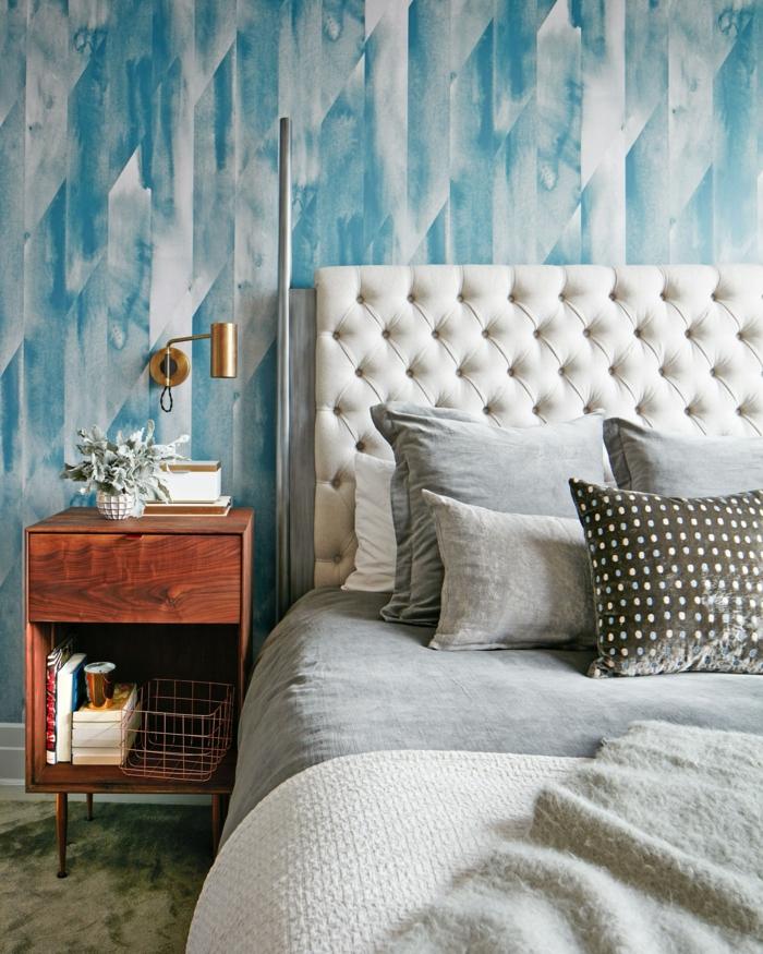 dormitorio decorado en estilo contemporáneo con pared papel pintado salon, cama doble con cabecero en capitoné en beige