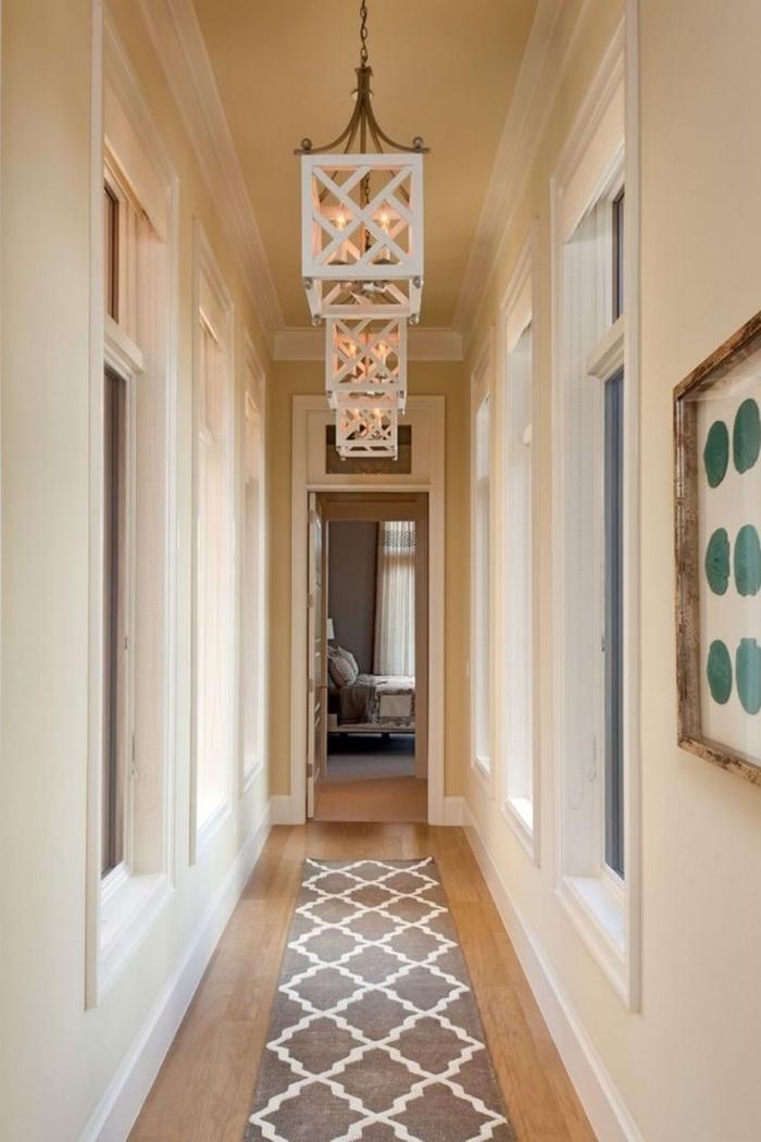 decoracion pasillos pequeños y largos, paredes en beige, suelo de parquet y alfombra en beige y blanco