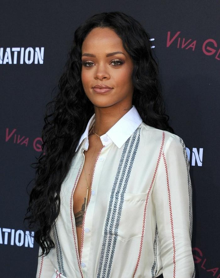 cortes de pelo largo, alfombra roja, Rihanna con melena muy larga rizada en negro, camisa con escote atrevido