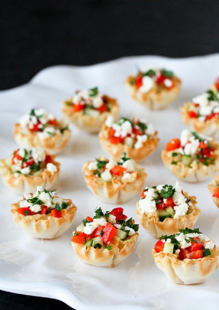 pequeñas tartaletas llenas de hummus, queso riccota y verduras, ideas de tapas fáciles para picar