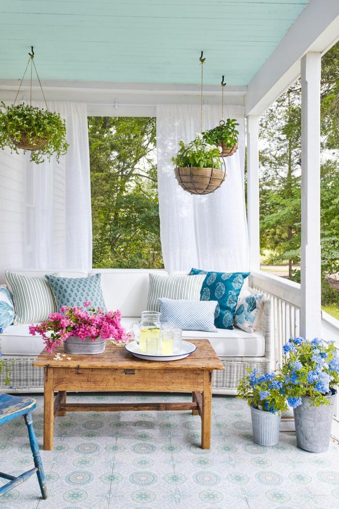 decoracion de jardines con piedras y porches, bonito diseño en azul y blanco con macetas colgantes de plantes verdes y flores