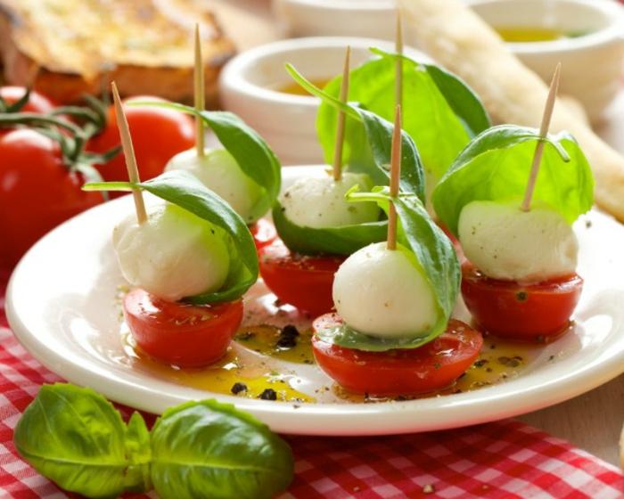 pinchos ricos para tapear, ideas de tapas fáciles paso a paso, pincho de tomates cherry, mozzarella y albahacas