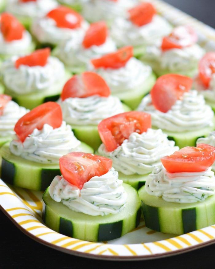 tapas faciles y super rápidas, pepinos grandes con salsa de yogur con eneldo y tomates cherry