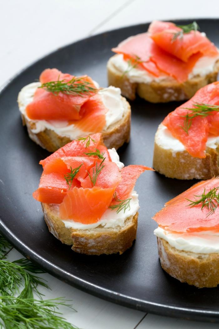 bonitos ejemplos de tapas frias clásicas super fáciles de hacer, tostadas con queso crema y salmón adornadas con eneldo