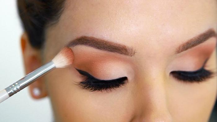 cómo maquillarse los ojos para una apariencia casual del día, raya del ojo en negro alargada y sombras en anaranjado