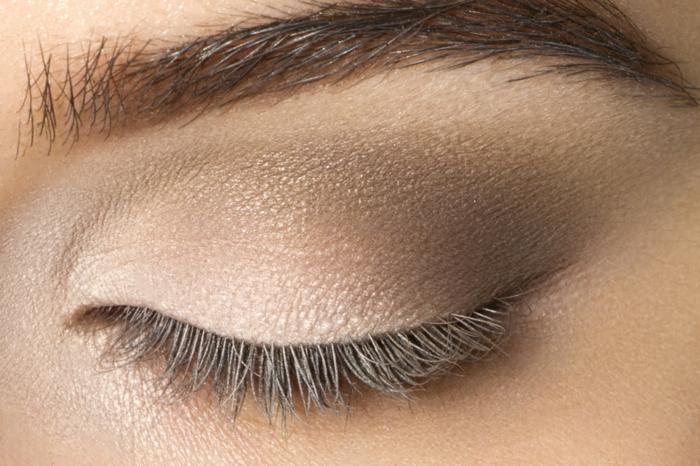 cómo aplicar sombras en los ojos para conseguir una transición de colores, maquillaje ojos tendencias 2018