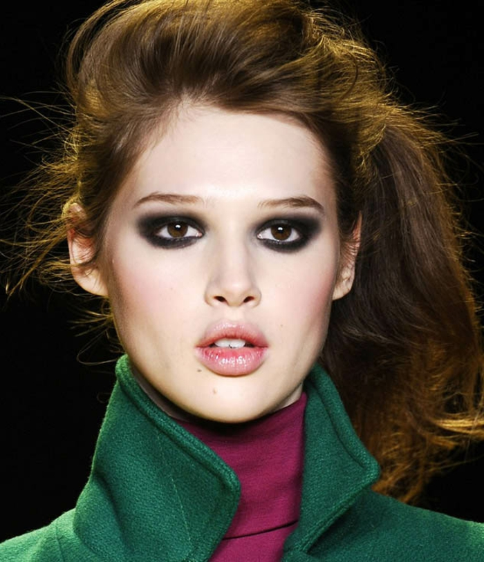 como conseguir una mirada dramática con ojos ahumados, maquillaje ojos con sombras oscuras en negro y gris