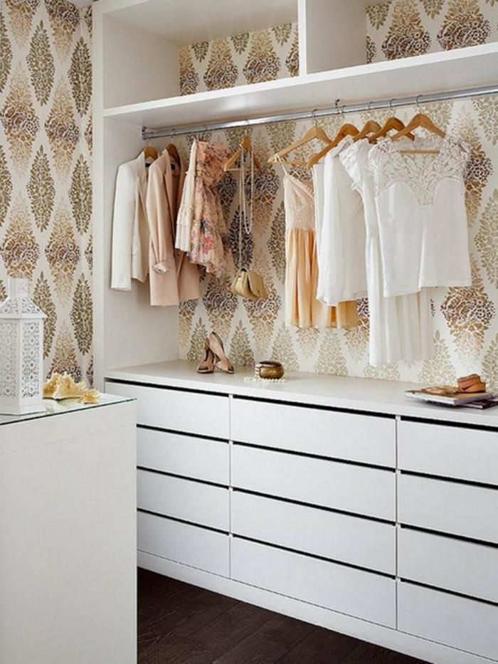 decoración de encanto con papel para forrar muebles ornamentado en beige, armario en blanco