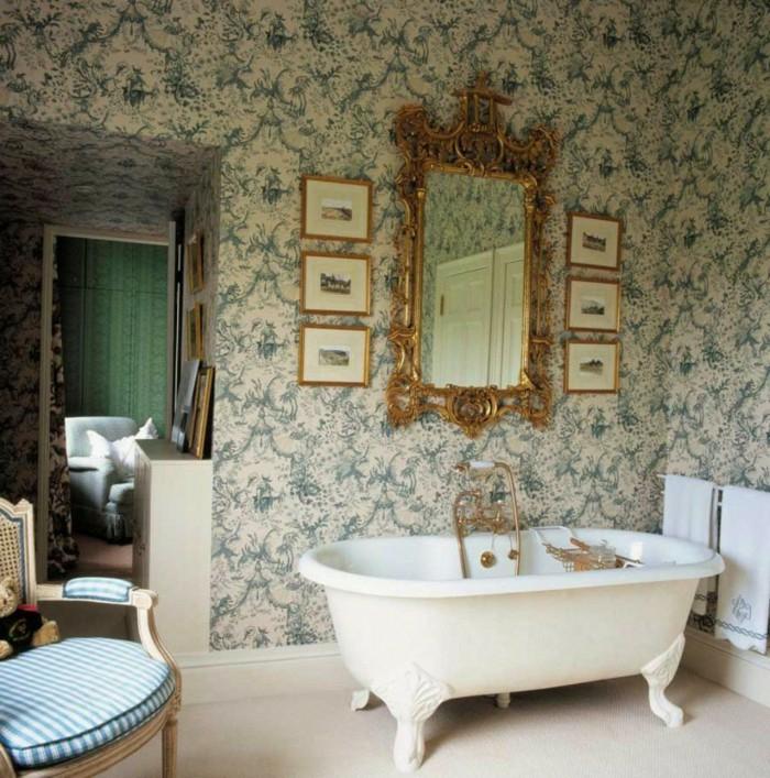 baño decorado en estilo vintage con bañera patas garra y pared con papel pintado salon ornamentado