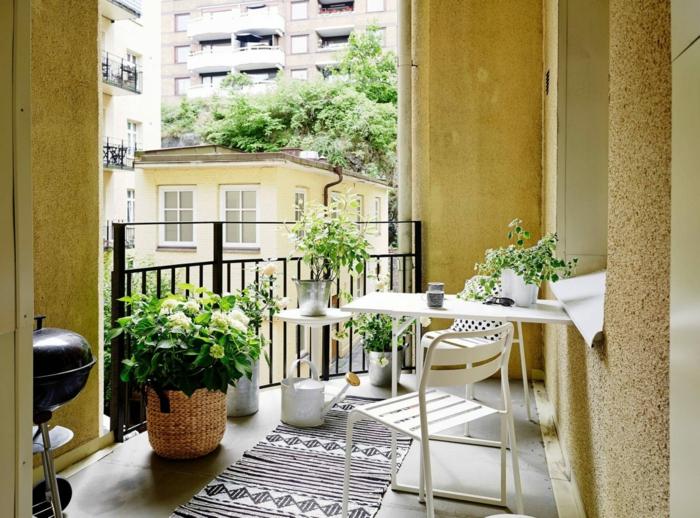 bonita decoracion de terrazas en color ocre, macetas de mimbre con plantas verdes, pequeños muebles en blanco