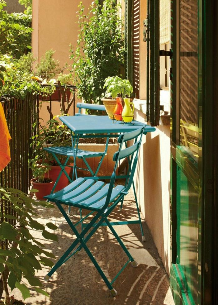 tendencias en decoracion de terrazas 2018, pequeñas silas y mesa plegables pintados en color aguamarina