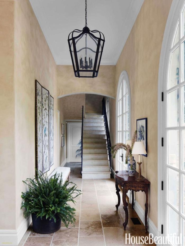 preciosa decoracion pasillos con paredes en beige, suelo de baldosas y decoración muebles vintage