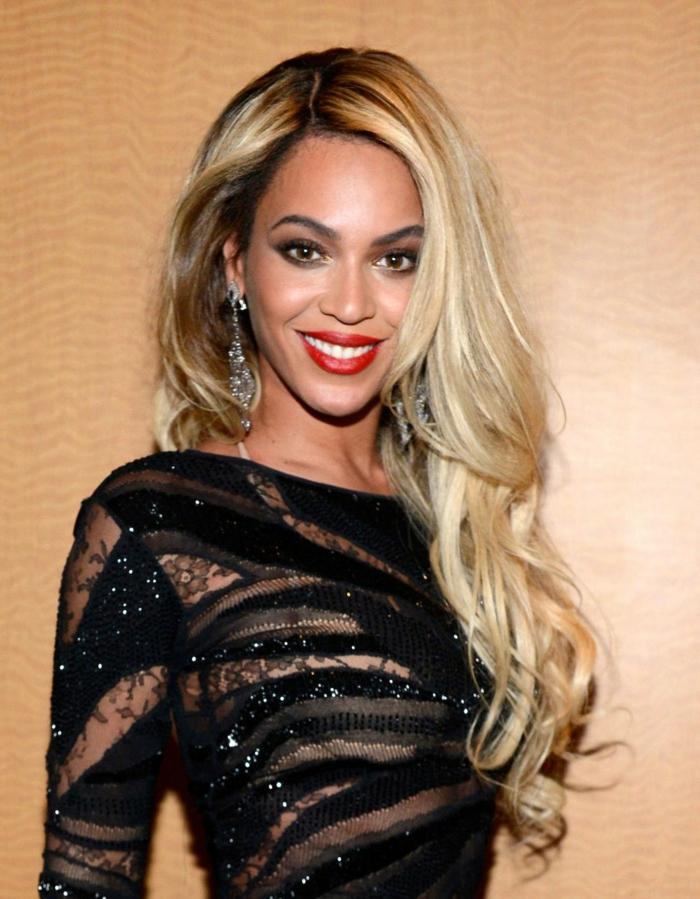 cortes de pelo mujer modernos en la alfombra roja, Beyonce con cabello muy largo rizado en las puntas, pelo rubio con raices oscuras