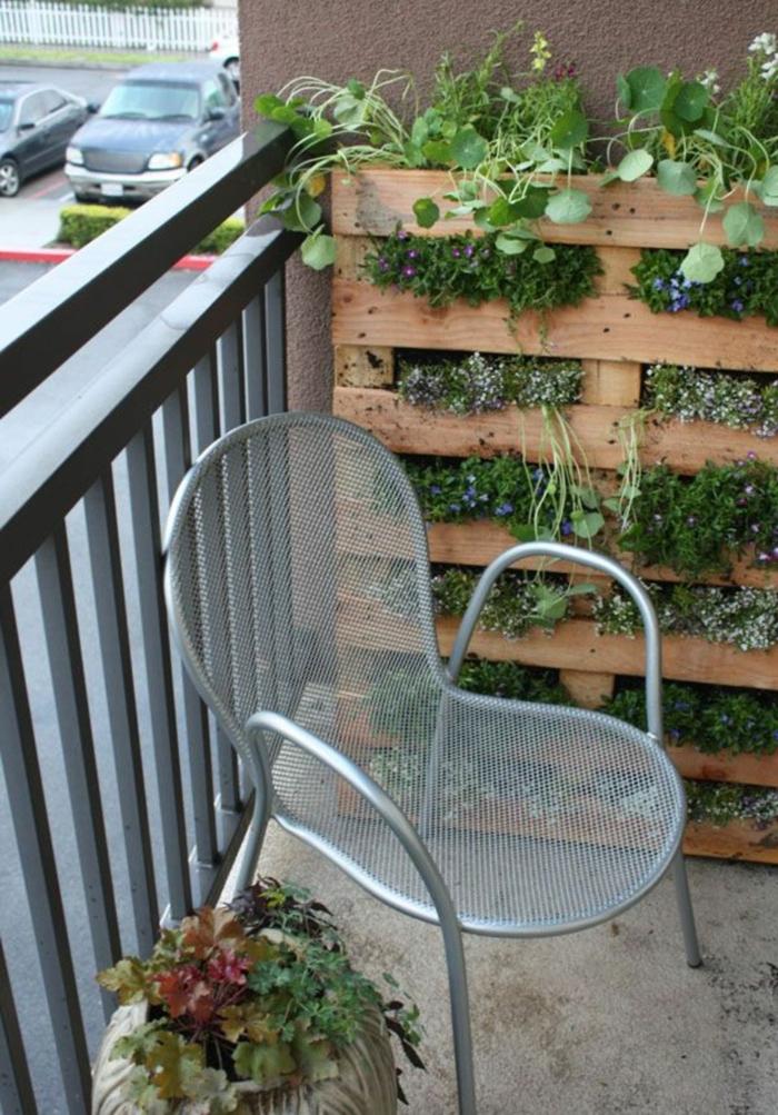 jardineras de madera decorativas hechas de palets, jardinera vertical con muchas plantas verdes pequeñas
