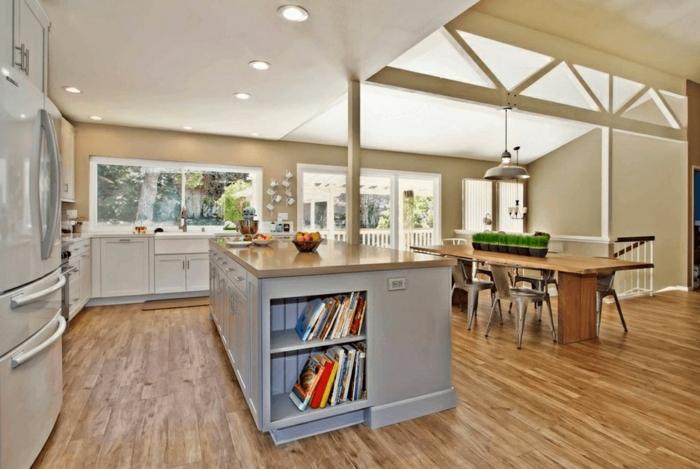 cocinas pequeñas con isla abiertas al comedor, grande isla con estantes, suelo de madera y luces empotradas