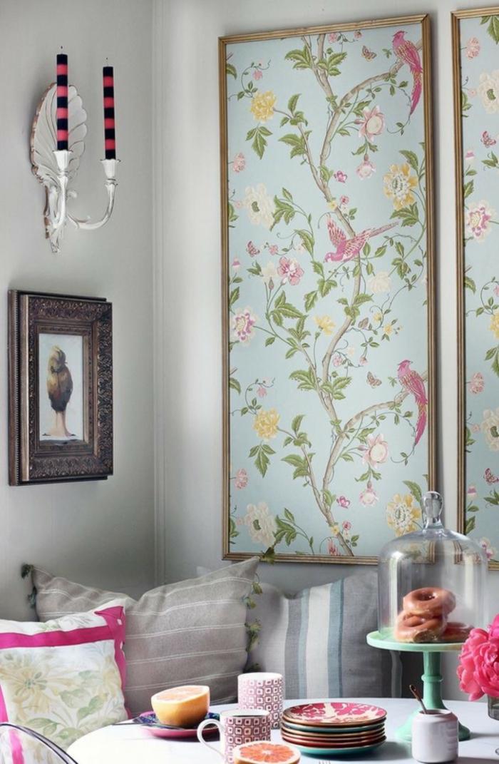 papel pintado salon original, comedor de encanto decorado en estilo vintage con candelabros originales de época
