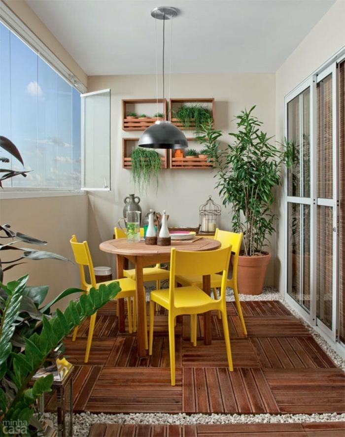 precioso balcón con comedor externo con sillas en amarillo y muchas plantas verdes, decoracion terrazas pequeñas ideas