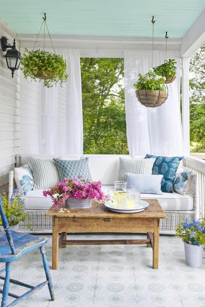 decoracion terrazas de encanto, bonito diseño en estilo mediterráneo en colores claros, mesa de madera y azulejos ornamentados