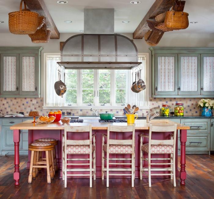 decoración de encanto en colores, cocinas pequeñas con isla pintada en rojo y cestas de mimbre decorativas