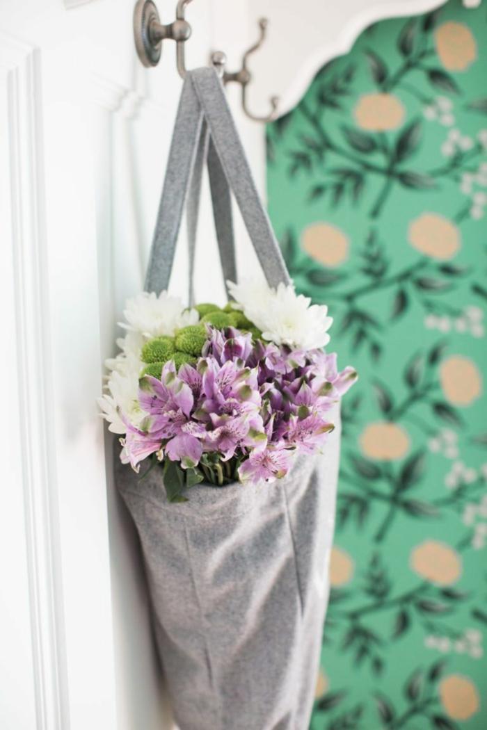 papel pintado salon en verde con flores en beige, decoración de encanto en estilo provenzal