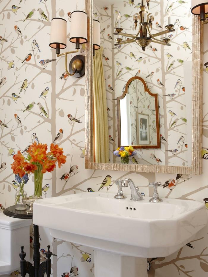 baño moderno decorado con papel pintado salon, espejo forma rectangular, papel pintado fondo beige y dibujos con aves