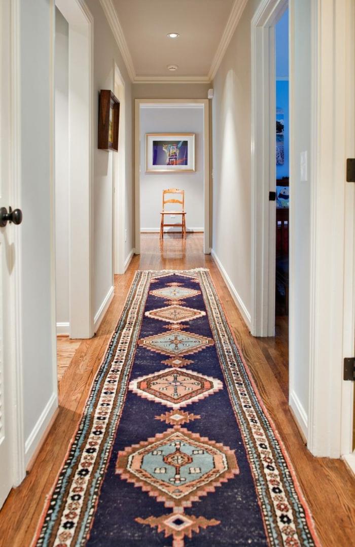 diseño pasillo en estilo clásico, suelo de parquet, paredes en blanco y azul claro, decoracion pasillos moderna y sofisticada