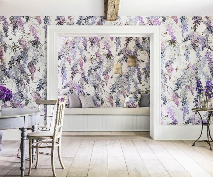 cómo decorar con papel pintado tendencias 2018, papel tapiz en beige y lila con elementos florales