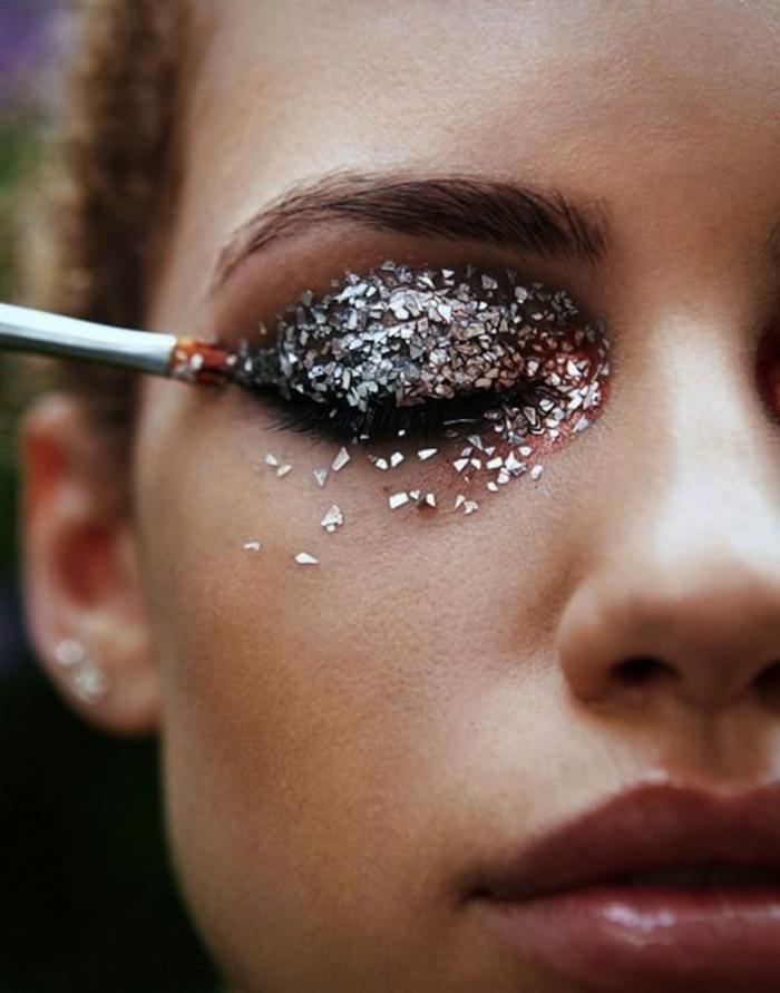 partículas brillantes en los párpados, tendencias maquillaje ojos 2018, sombras en plateado