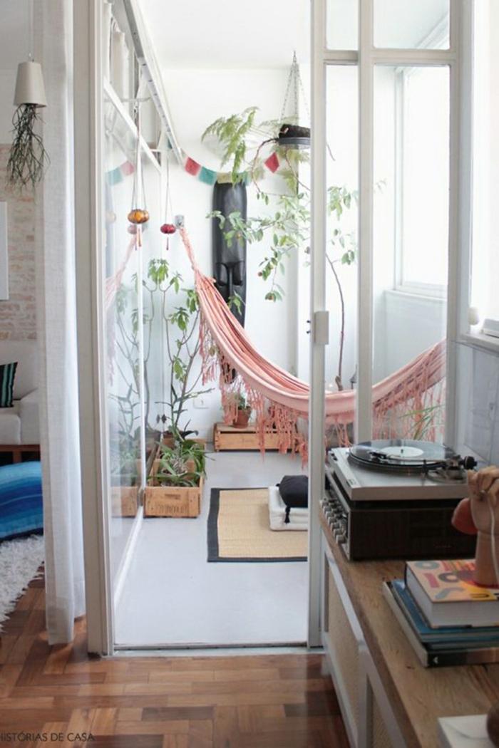 ideas originales decoracion balcones pequeños, terrazas con hamaca en color rosado y macetas DIY con plantas verdes