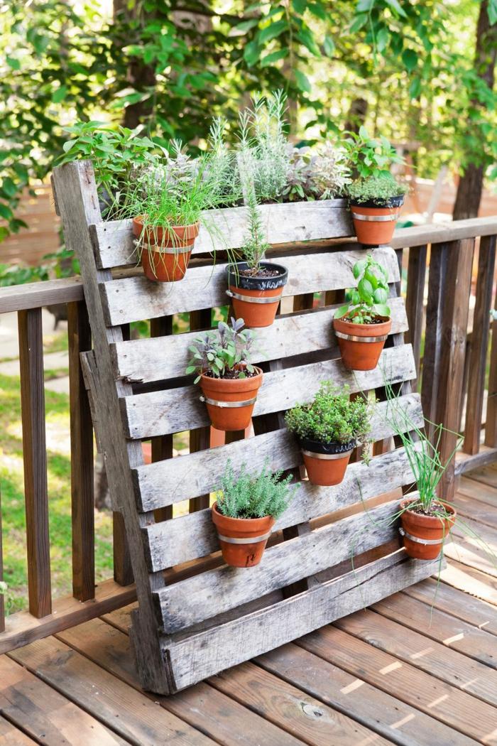 decoracion de jardines DIY, jardinera hecha con palets, pequeñas macetas colgadas con plantas suculentas