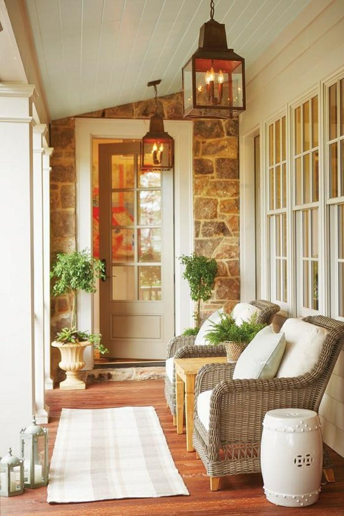 decoracion terrazas aticos moderna con muebles de mimbre y detalles decorativos en beige, suelo de parquet y pequeña alfombra