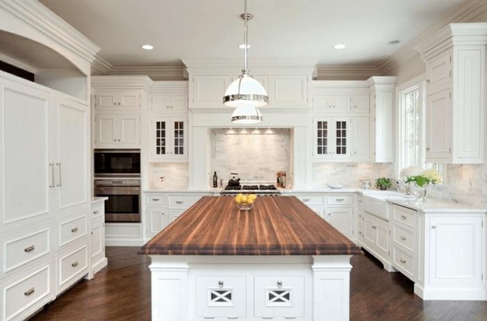 ideas de decoración cocinas pequeñas con isla en blanco, grande barra con encimera de madera y suelo de parquet
