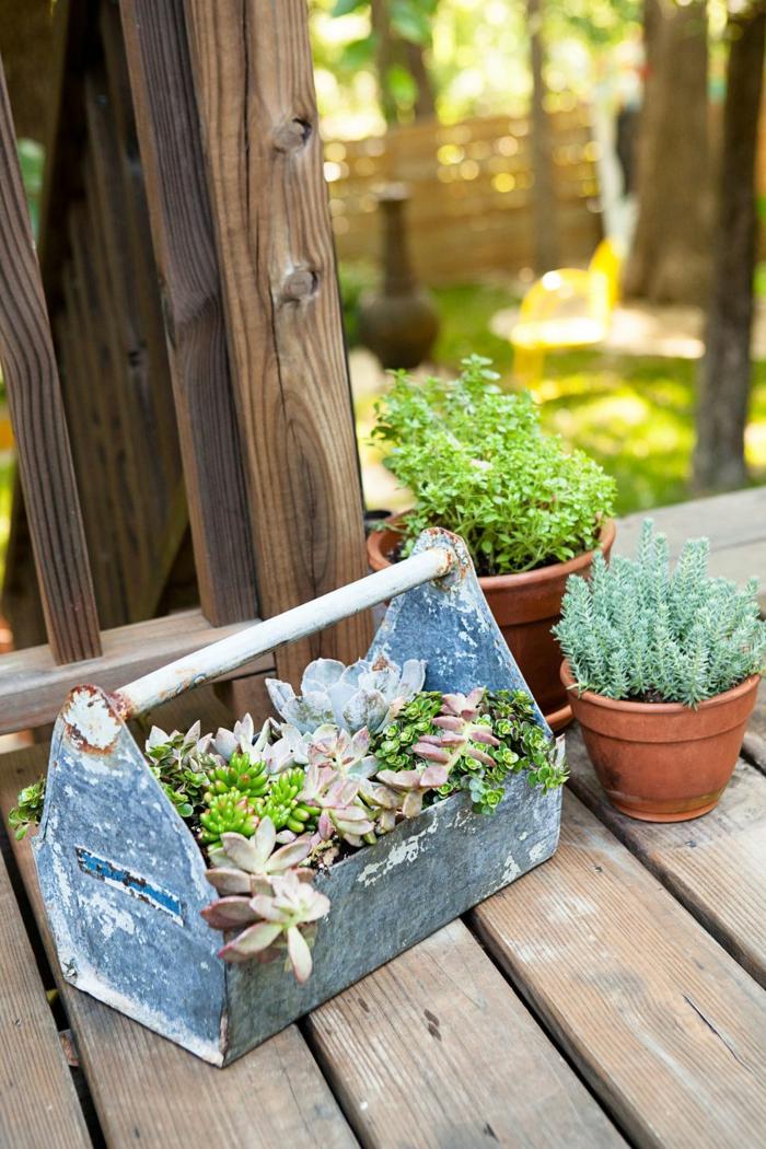 pequeños detalles para decorar el patio, decoracion exteriores DIY, macetes con plantas suculentas