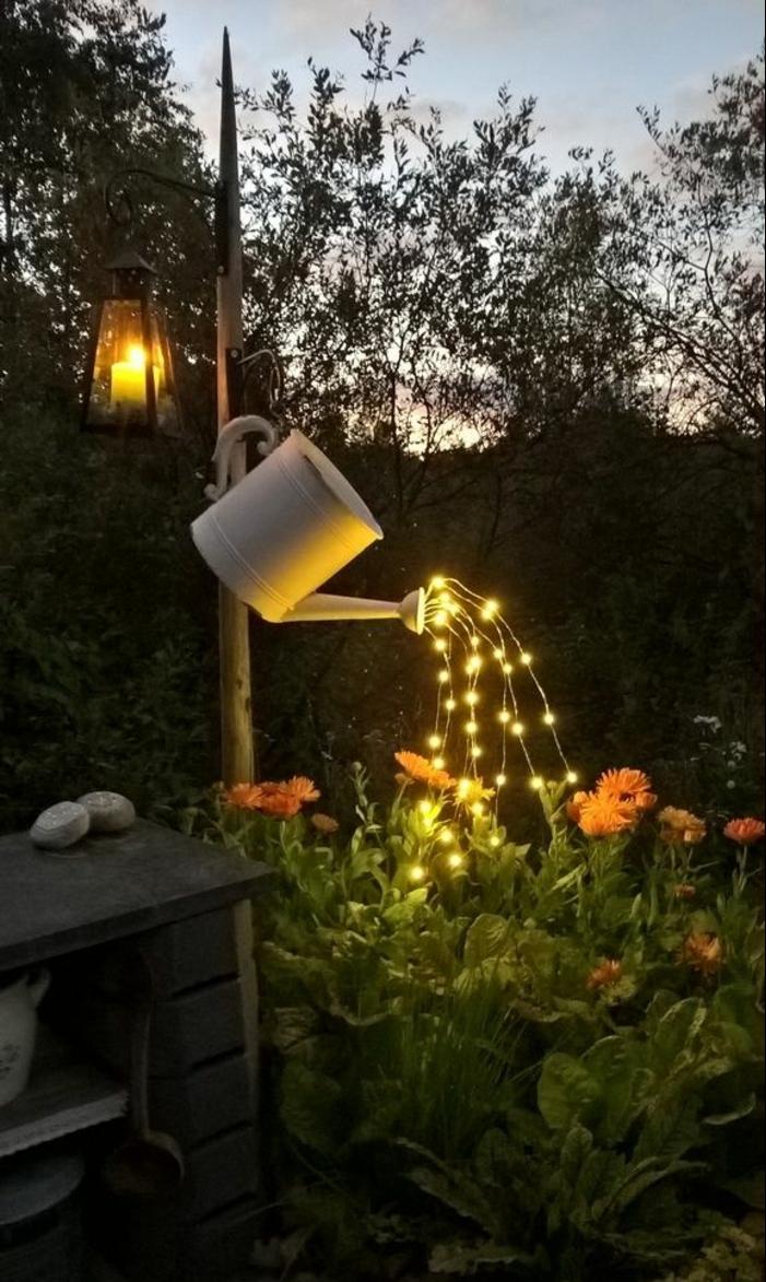 bonitas ideas para decorar jardines DIY, patio de encanto con guirnalda de luces, arbustos con flores