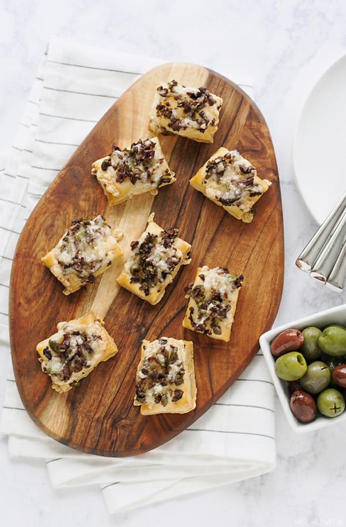 ideas para pinchos faciles paso a paso, pequeñas empanadas con dos tipos de aceitunas y queso