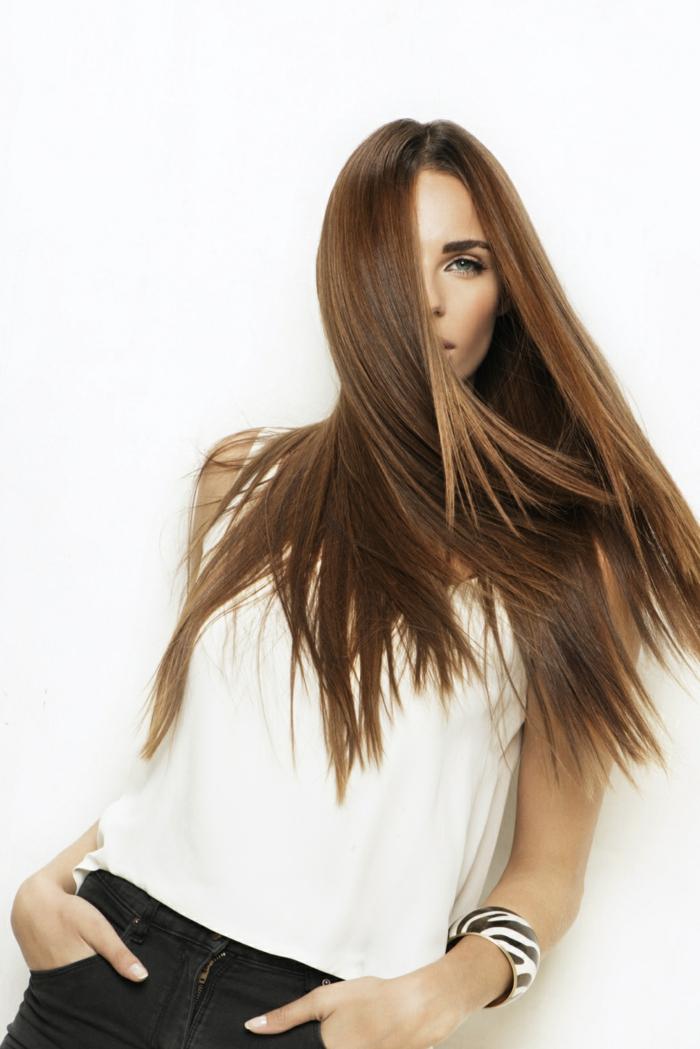 ideas cortes de pelo mujer moderno, cabello cortado en capas color castaño oscuro con mechas claras