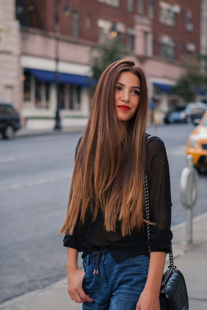 ideas de cortes de pelo mujer, cabello muy largo cortado en capas, pelo castaño con mechas claras color caramelo