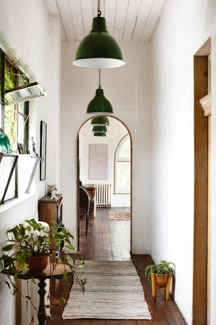 como decorar un pasillo largo y estrecho en estilo bohemio, muchas plantas verdes y detalles de madera