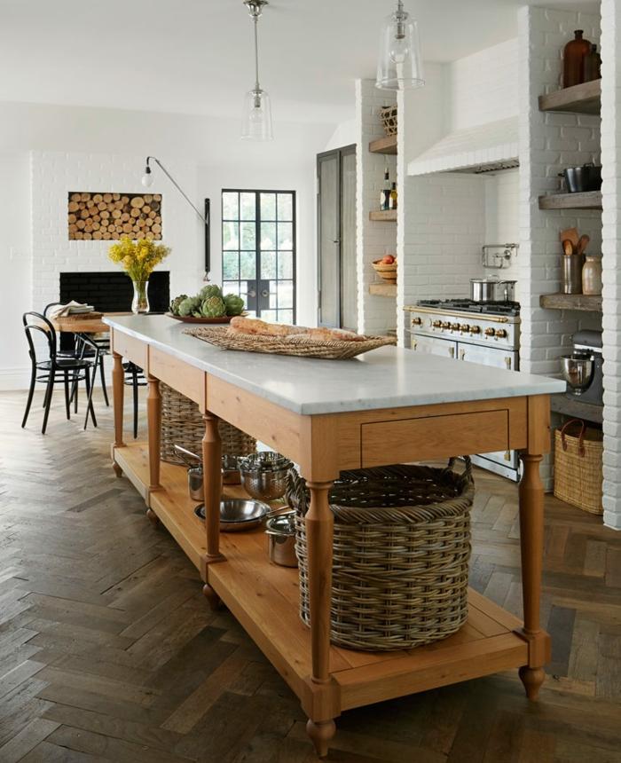 preciosa cocina alargada abierta al comedor, isla de madera con estantes, ideas cocinas pequeñas con isla