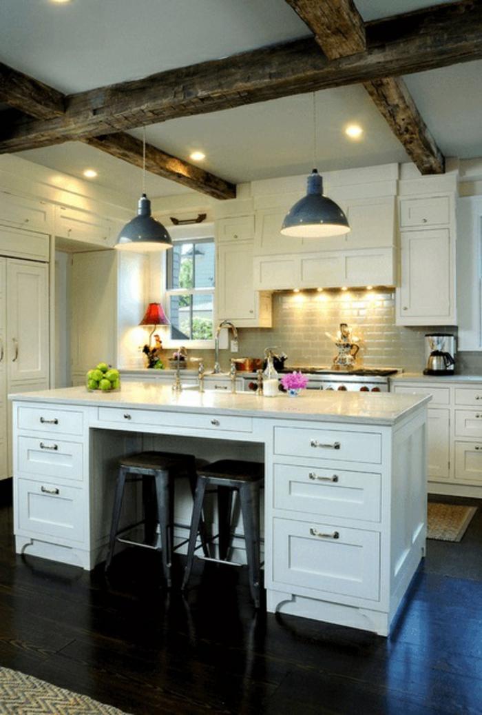 cocinas pequeñas con toque rústico, techo con vigas de madera e isla en blanco son sillas
